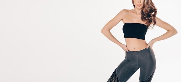 Kobieta w czarnym garniturze siłowni