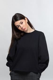 Kobieta w czarnym swetrze pokazuje smutek