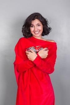 Kobieta w czerwieni z prezenta pudełkiem