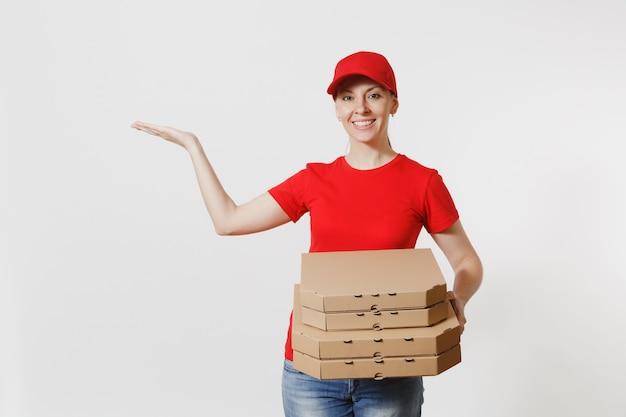 Kobieta w czerwonej czapce, t-shirt, dając pudła pizzy zamówienia żywności na białym tle. kobieta pizzy pracuje jako kurier lub dealer posiadający włoską pizzę w kartonowym pudełku. koncepcja usługi dostawy.