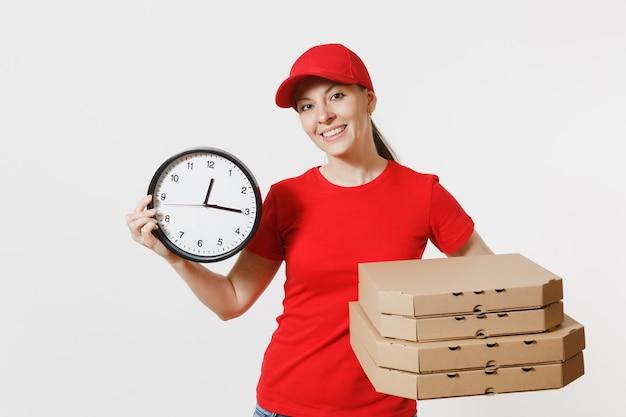 Kobieta w czerwonej czapce, t-shirt, dając pudła pizzy zamówienia żywności na białym tle. sprzedawca pizzy kobieta kurier trzyma okrągły zegar, włoska pizza w kartonowym pudełku. koncepcja usługi dostawy.