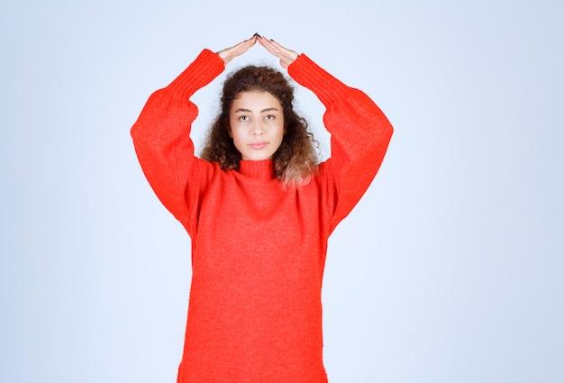 Kobieta w czerwonej koszuli dmuchanie miłością do jej tłumu.