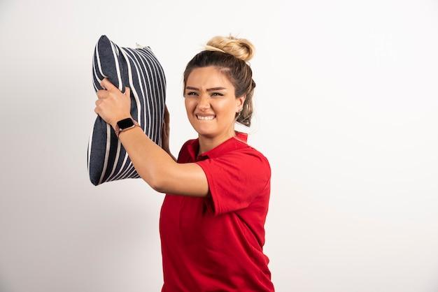 Kobieta W Czerwonej Koszuli Przytulanie Poduszkę Na Białym Tle. Darmowe Zdjęcia