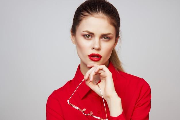 Kobieta w czerwonej koszuli różne usta okulary atrakcyjny wygląd na białym tle