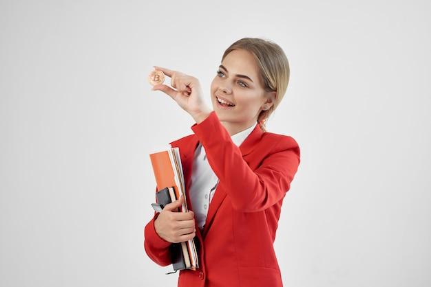 Kobieta w czerwonej kurtce z dokumentami w ręku na białym tle