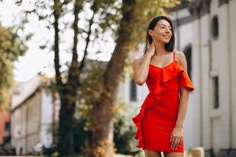Kobieta w czerwonej sukience na zewnątrz w mieście