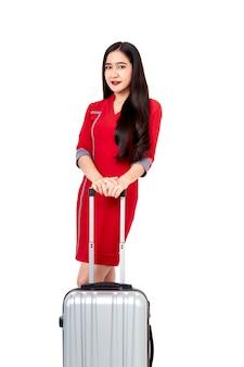 Kobieta w czerwonej sukience z walizką