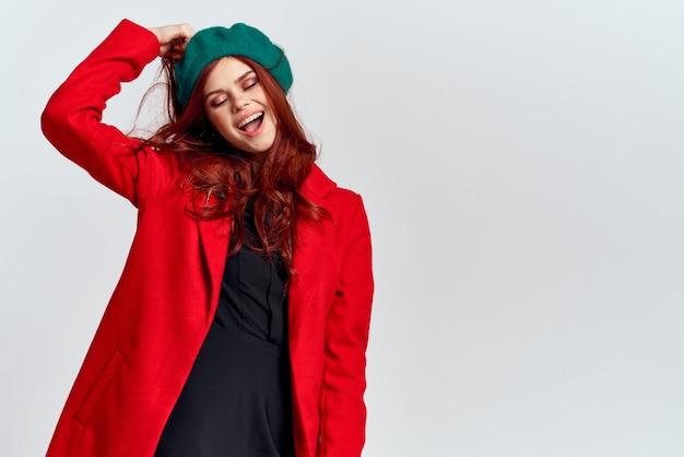 Kobieta w czerwonym płaszczu i zielonym kapeluszu