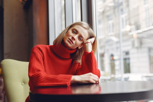 Kobieta w czerwonym swetrze. pani w restauracji.