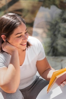 Kobieta w czytaniu w domu