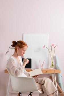 Kobieta w czytaniu w miejscu pracy