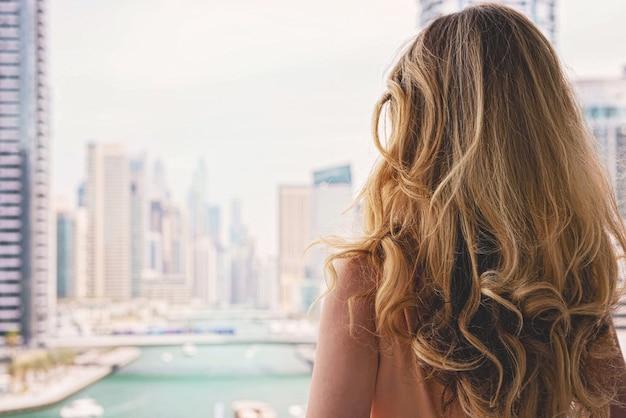 Kobieta w długiej sukni w dubai marina