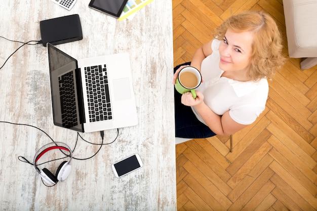 Kobieta w domowym biurze