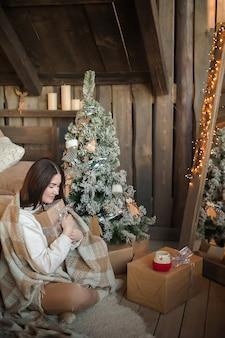 Kobieta w domu na nowy rok lub boże narodzenie w sypialni.