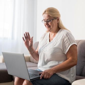 Kobieta w domu poddana kwarantannie po rozmowie wideo