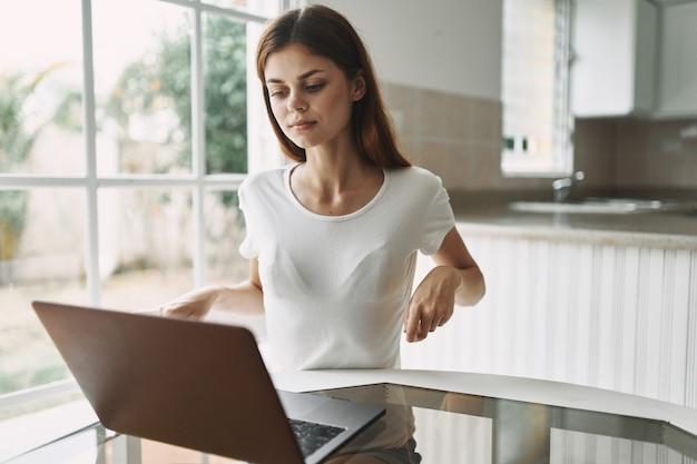 Kobieta w domu przed laptopem komunikuje się jako freelancer