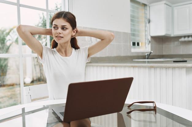 Kobieta w domu przed laptopem pracuje w biurze styl życia