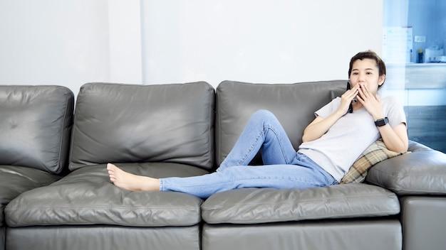 Kobieta w domu przed telewizorem