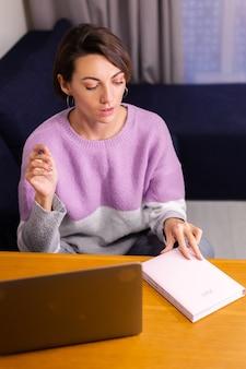 Kobieta w domu z notatnikiem notatnik myśli o planach