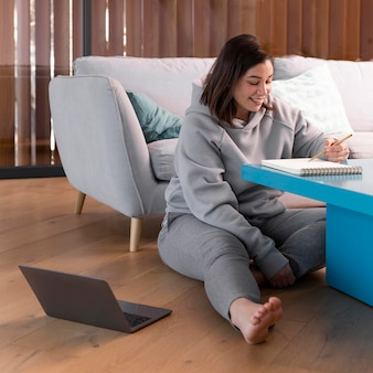 Kobieta w domu za pomocą laptopa