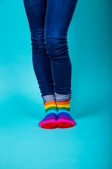 Kobieta w dżinsach ze skarpetkami w kolorze lgtbi