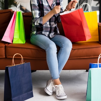 Kobieta w dżinsy patrząc wewnątrz torby