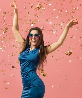 Kobieta w eleganckiej sukience noszenie okularów przeciwsłonecznych na imprezie