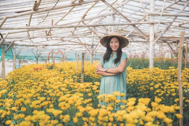 Kobieta w farmie kwiatów