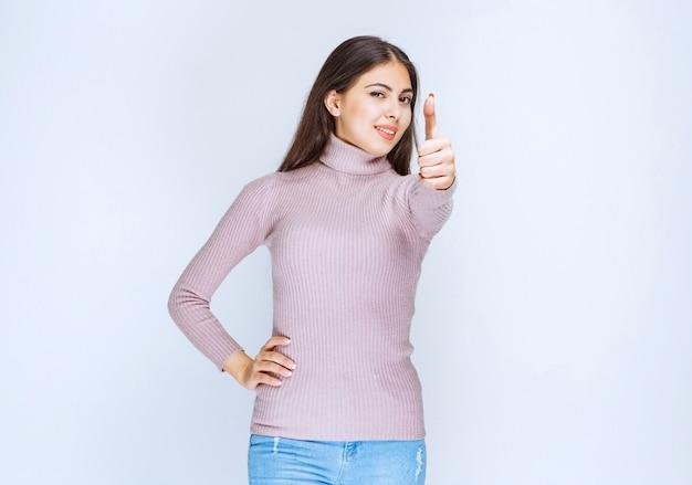 Kobieta w fioletowej koszuli pokazano znak ręki przyjemności.