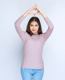 Kobieta w fioletowej koszuli wysyłanie miłości.