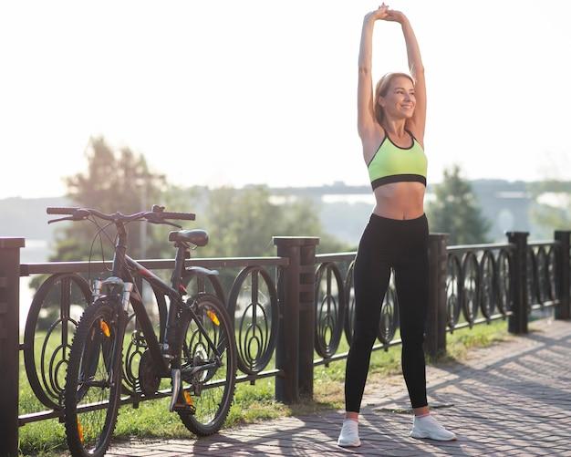 Kobieta w fitness ubrania rozciąganie