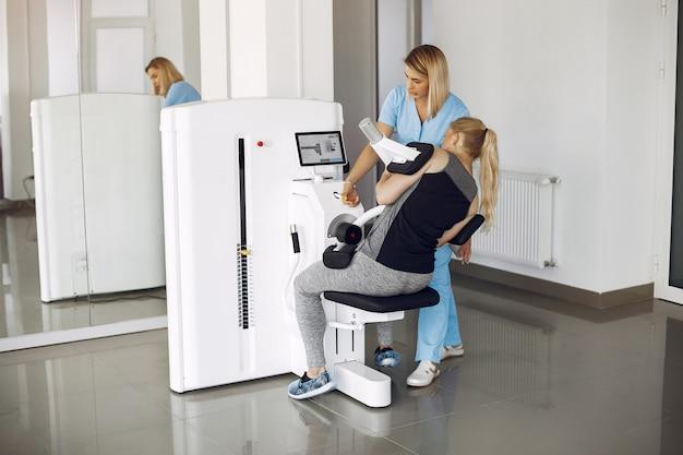 Kobieta w fizjoterapii wykonywanie ćwiczeń fizycznych z wykwalifikowanym terapeutą