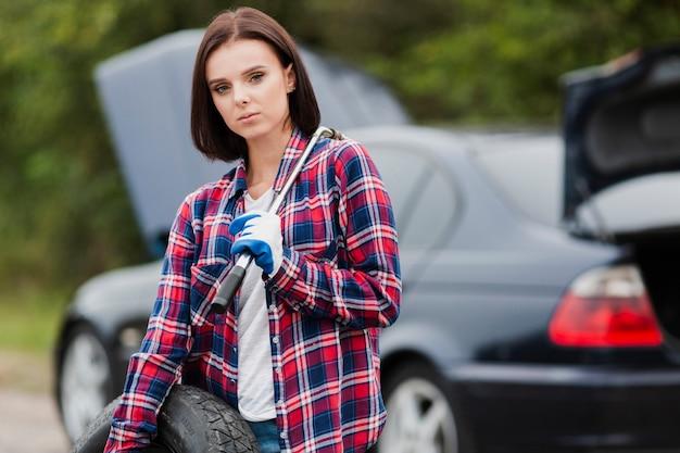 Kobieta w flanelowej koszuli trzymając klucz