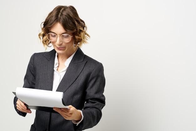Kobieta w garniturze finansów pracy dokumenty okulary fryzurę.