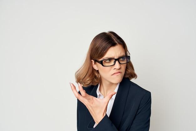 Kobieta w garniturze gestykulująca ręką oficjalna praca biurowa bizneswoman