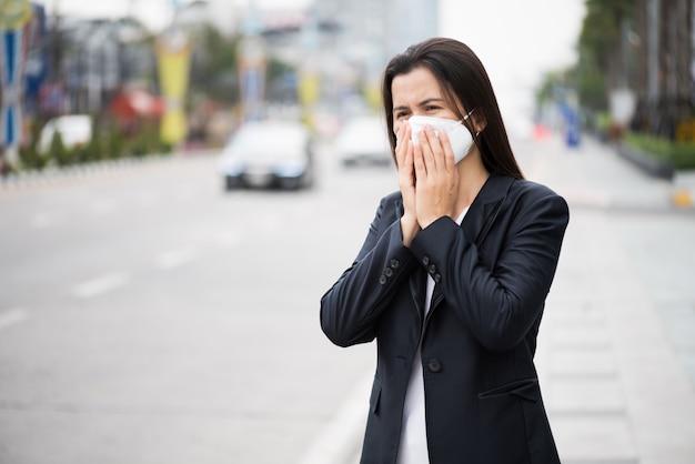 Kobieta w garniturze noszenie maski ochronne