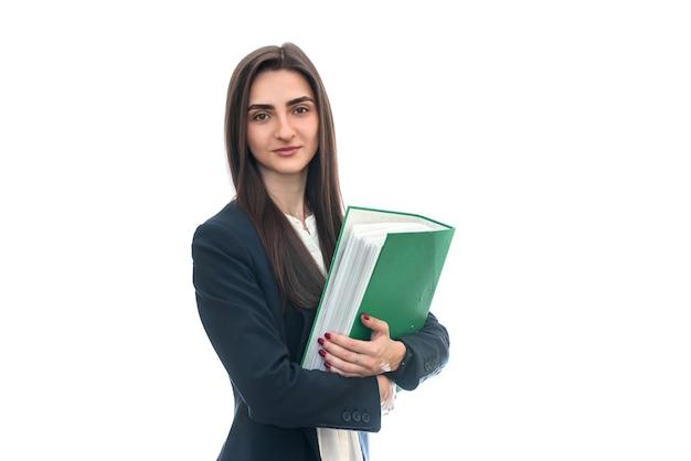 Kobieta w garniturze trzymając folder na białym tle
