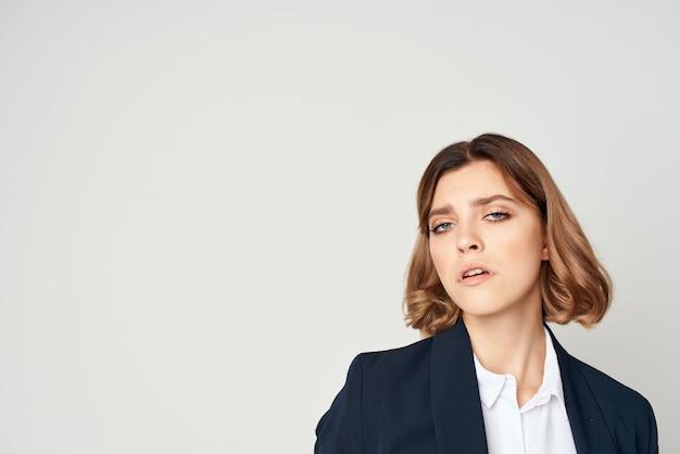 Kobieta w garniturze wykonawczy bizneswoman pracy studio
