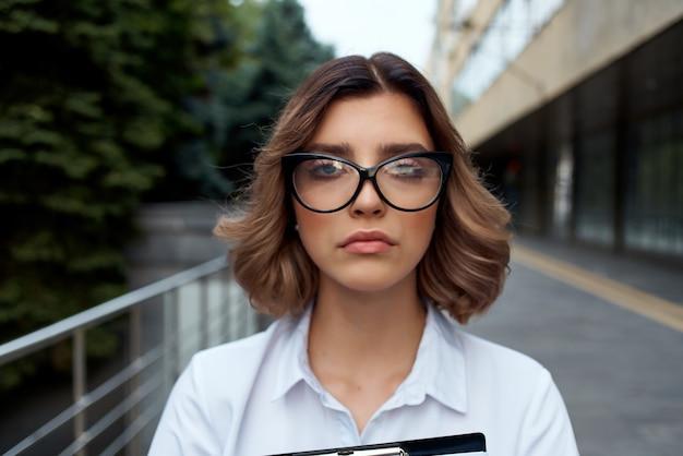Kobieta w garniturze z folderu na dokumenty profesjonalne lekkie tło. zdjęcie wysokiej jakości