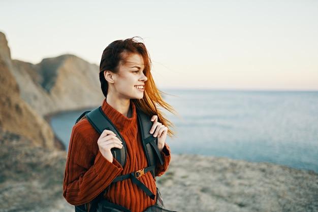 Kobieta w górach aktywny wypoczynek podróż morze skały model krajobrazu