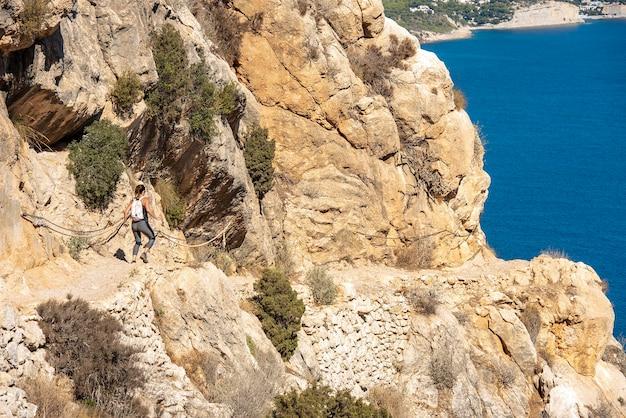Kobieta w górach piesze wycieczki