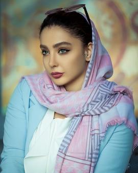 Kobieta w jasne letnie stroje hidżabu