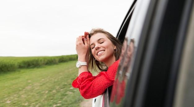 Kobieta w jeździe samochodem