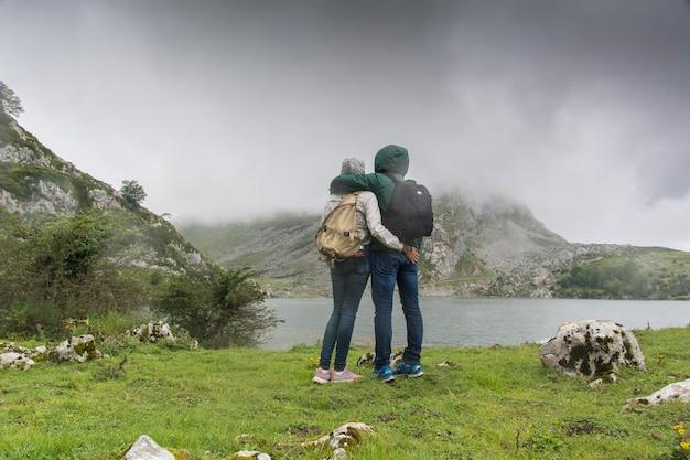 Kobieta w jeziorach covadonga