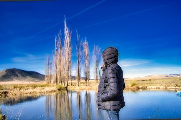 Kobieta w jeziorze.