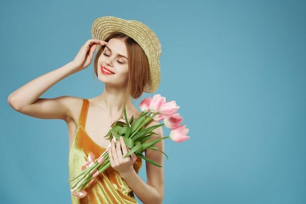 Kobieta w kapeluszu bukiet kwiatów prezent na dzień kobiet