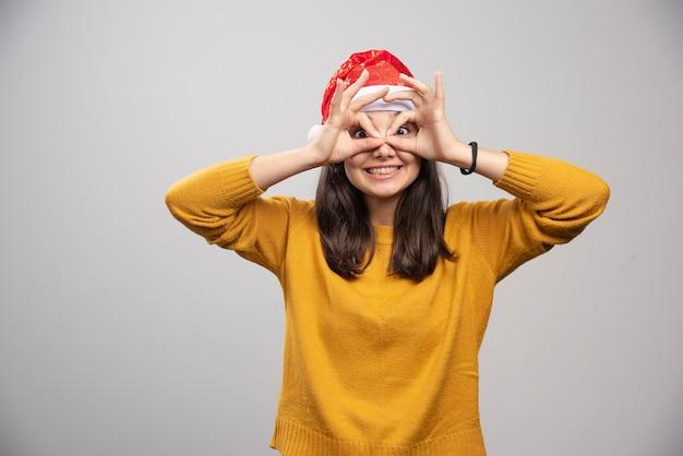Kobieta w kapeluszu santa pokazując jej uczniów.