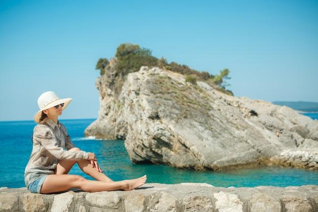 Kobieta w kapeluszu spędzać czas na plaży