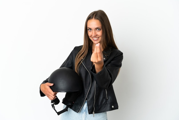 Kobieta w kasku motocyklowym na białym tle robi pieniądze gestowi