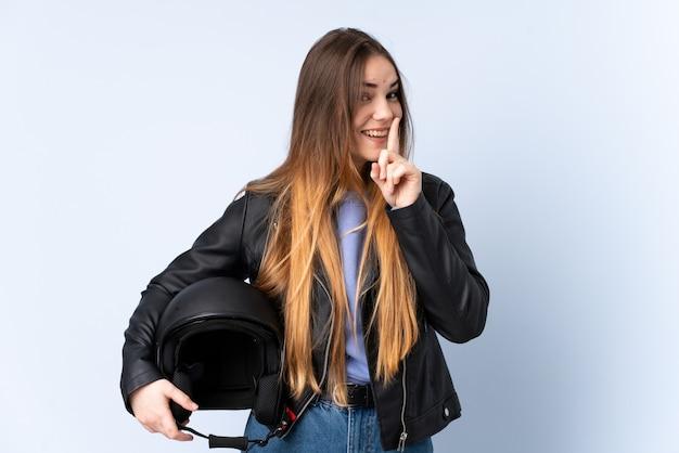 Kobieta w kasku motocyklowym robi cisza gestowi